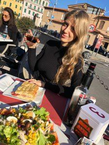 Deborah Annolino sul Lungomare di Sanremo